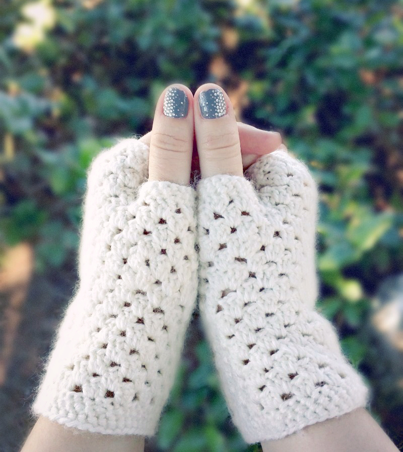 http://thecottagemarket.com/wp-content/uploads/2015/12/white_fingerless_crochet_gloves_6v3.jpg