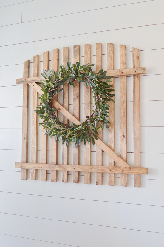 This faux fence decoration is the perfect farmhouse DIY