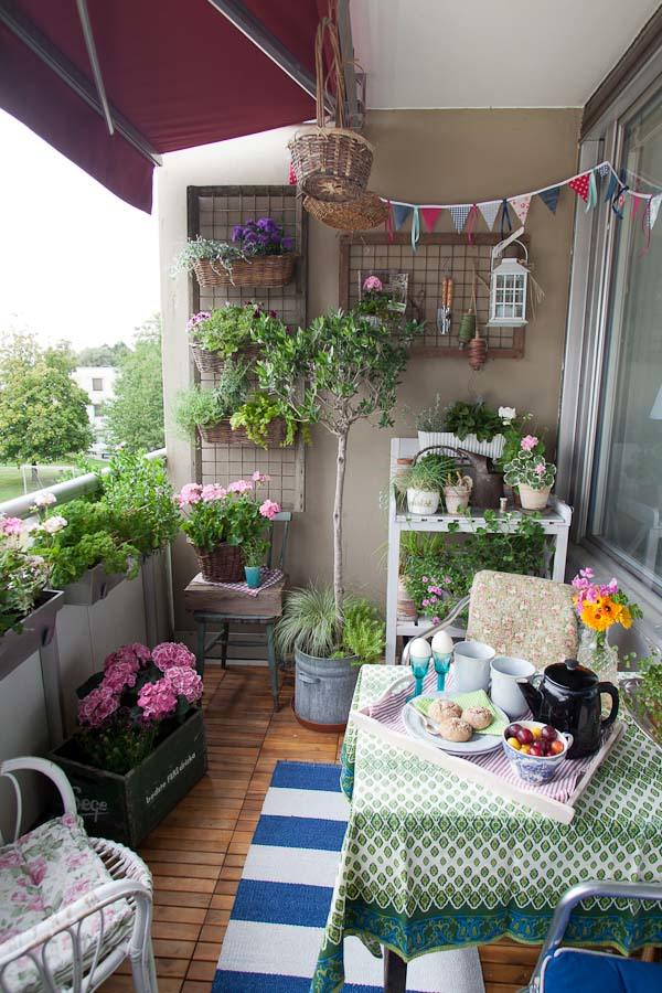 Spring is blooming in this plant-friendly small patio space