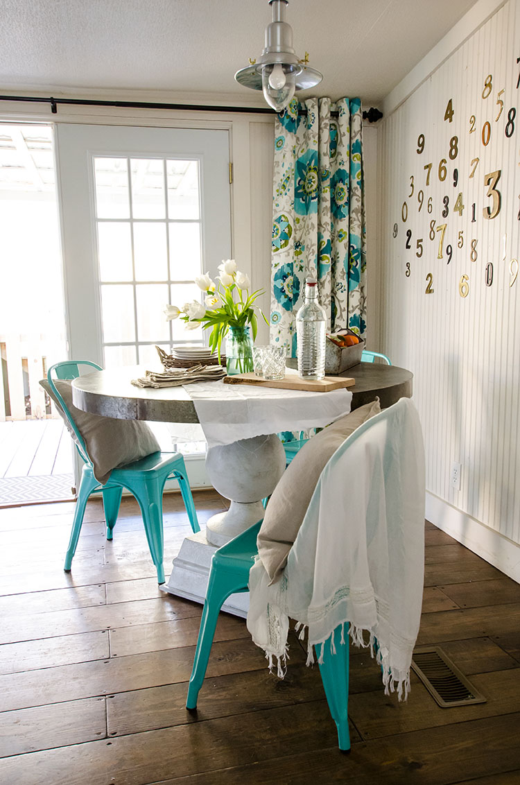 this small dining space carries the color scheme of teal and white