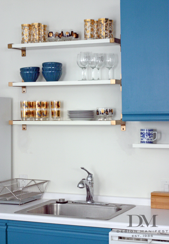 Love the modern look of these goal accented floating kitchen shelves