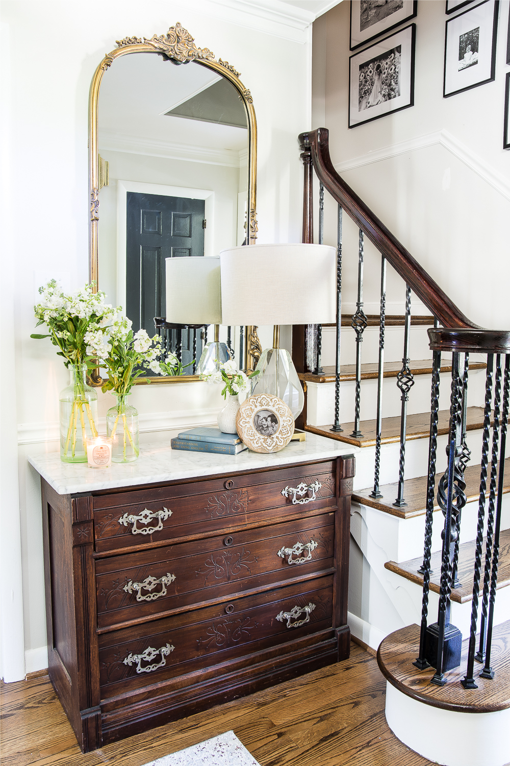 This gorgeous farmhouse style entryway set up is quaint and stylish