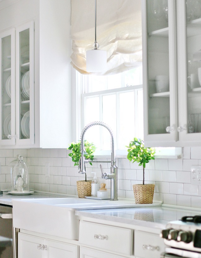 These simple green plants add a pop of color in this farmhouse kitchen