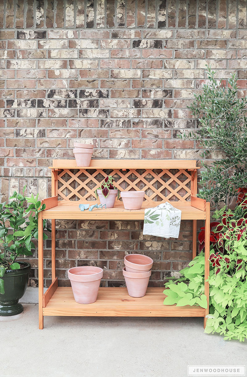 Farmhouse Potting Bench DIY that is absolutely beautiful!