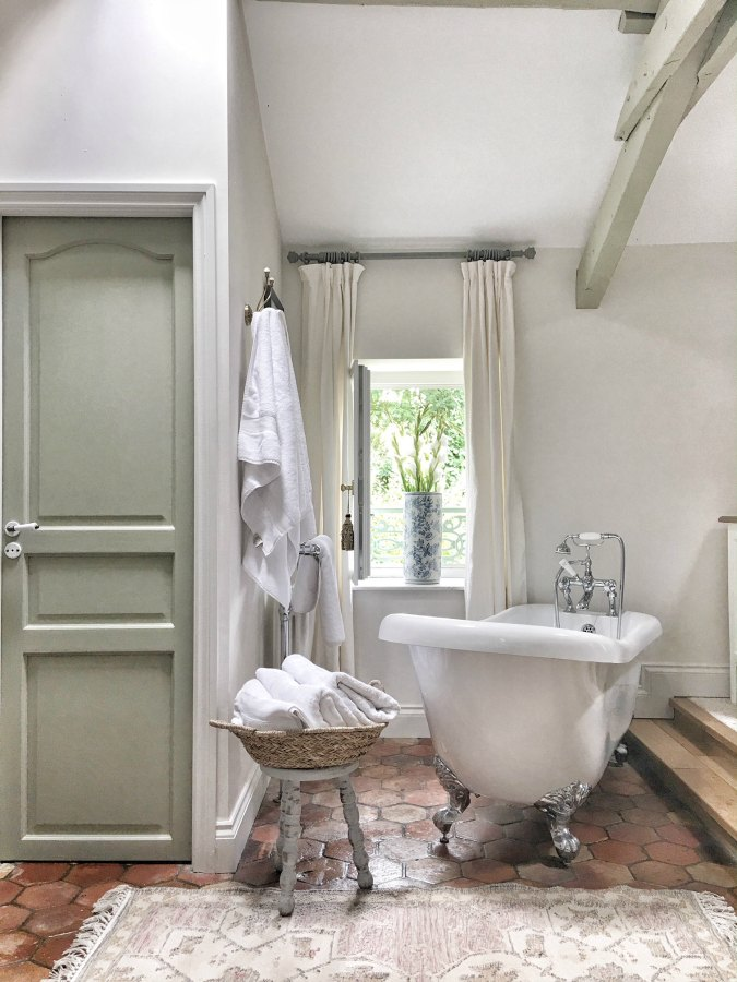 5 Foolproof Farmhouse Paint Colors You Can't Go Wront With! Hopefully this article will help you choose the Farmhouse Color you have been dreaming of.