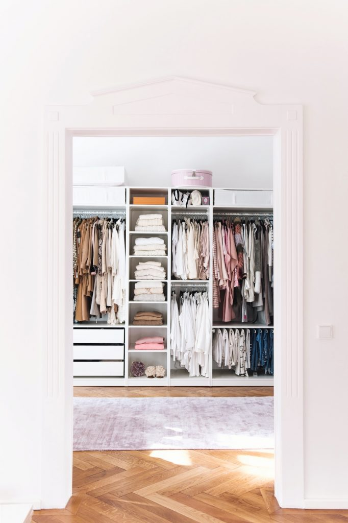 https://thecottagemarket.com/wp-content/uploads/2019/01/Closet1-682x1024.jpg
