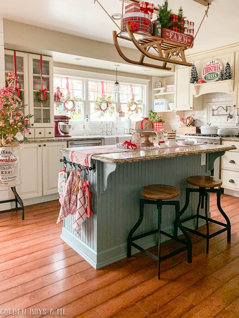 https://thecottagemarket.com/wp-content/uploads/2020/11/Farmhouse-Kitchen-Christmas-Decorating-Ideas-3.jpg